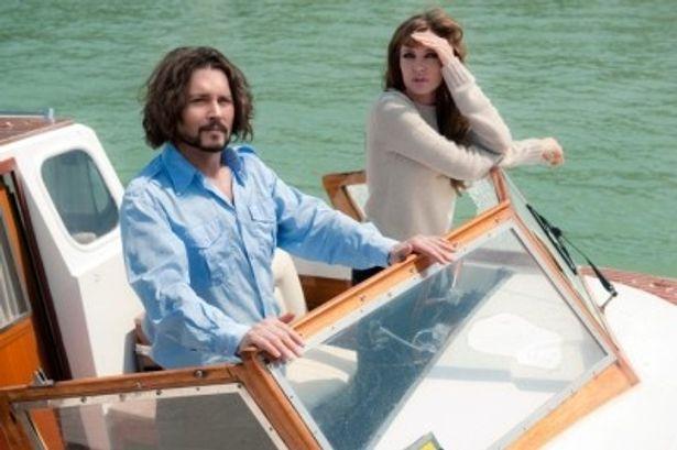 ジョニーをロシアマフィアに売る警察から、アンジーがボートを使って助け出した後の一コマ