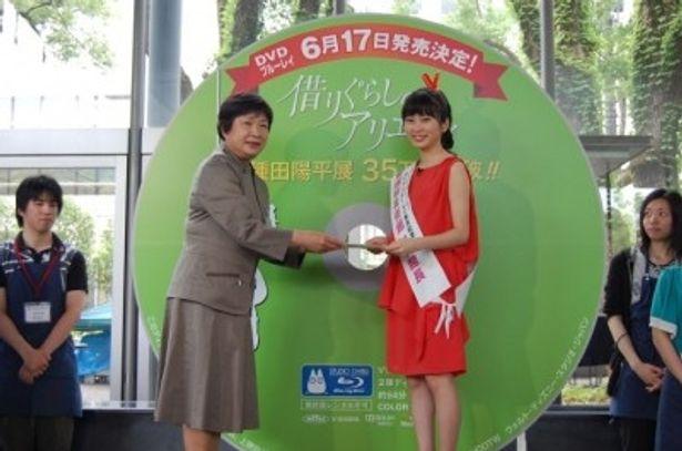 愛媛県美術館の一日館長としてアリエッティになって登場した志田未来(右)