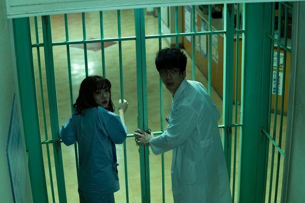 鉄格子で階段を封じられてしまった二人は病院を抜け出すことができるのか?