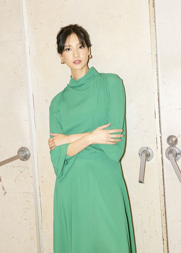 【写真を見る】クールな表情を見せる菜々緒。グリーンの上品ドレスも美しい!<写真10点>