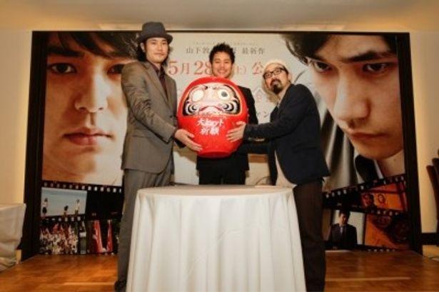 大阪で行われた『マイ・バック・ページ』記者会見に出席した、左から、松山ケンイチ、妻夫木聡、山下敦弘監督