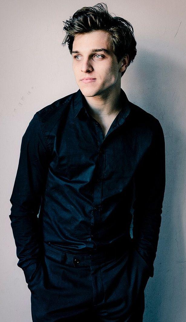 【写真を見る】フリッツ・ホンカを演じているのは22歳のイケメン俳優ヨナス・ダスラー。風貌が違いすぎる…!