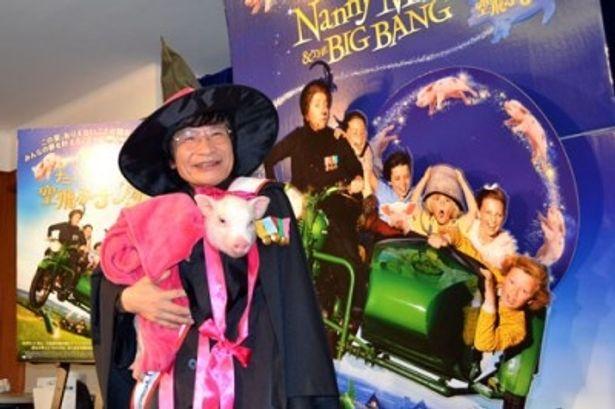 ナニー・マクフィーならぬ尾木ママクフィーが、可愛い子ブタと共に映画の親善大使に就任