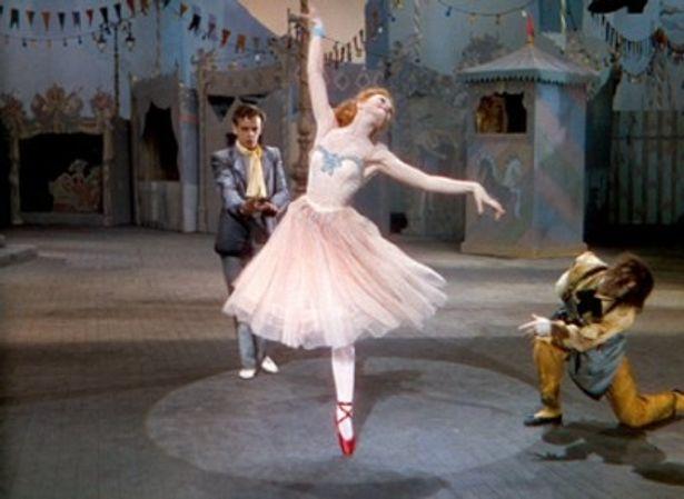 アンデルセンの童話「赤い靴」をベースに、バレリーナの悲劇が美しく描かれる