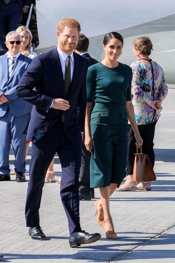 英王室の一員として、清潔感のある身だしなみで空港に降り立っていた