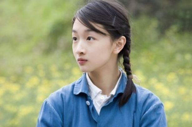 デビュー時のチャン・ツィーを彷彿とさせる三つ編の美少女チョウ・ドンユィ
