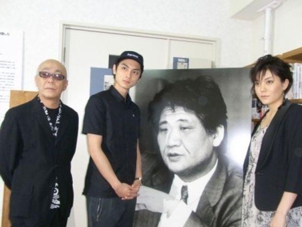 中上健次資料室を訪れた、左から廣木隆一監督、高良健吾、鈴木杏