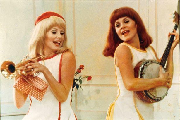 カトリーヌ・ドヌーヴと実の姉フランソワーズ・ドルレアックが美しい双子を演じた『ロシュフォールの恋人たち』