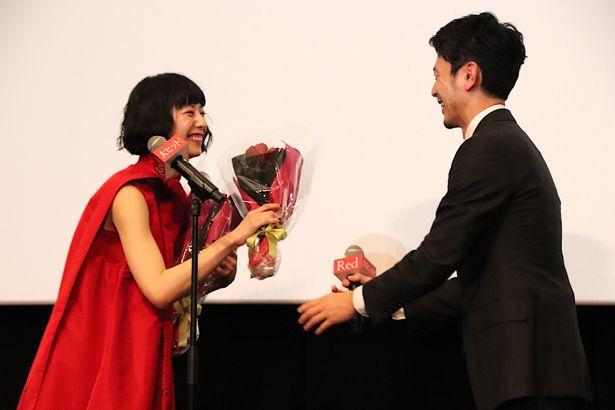 【写真を見る】妻夫木聡、夏帆に真っ赤なバラの花束をプレゼント!
