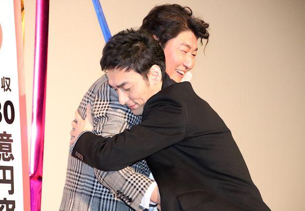【写真を見る】草なぎ剛、ソン・ガンホと熱い抱擁!