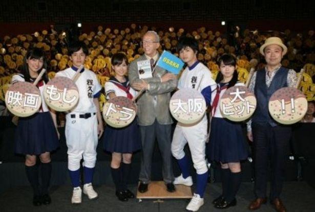 大阪での舞台挨拶。左より、川口春奈、池松壮亮、前田敦子、瀬戸康史、峯岸みなみ、田中誠監督