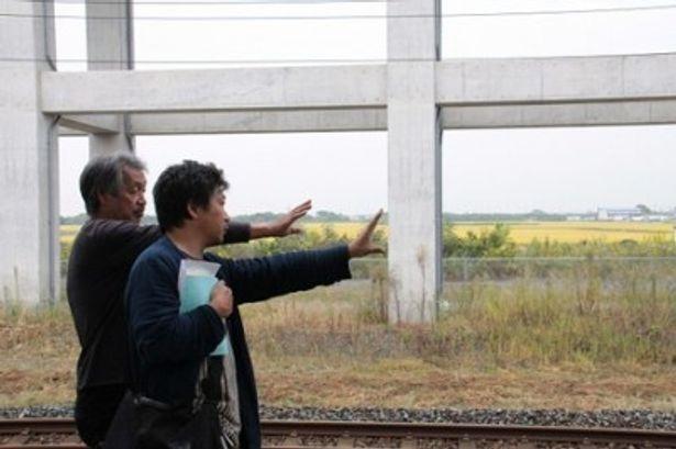 【写真】物語の鍵となる新幹線のシーンを演出する監督