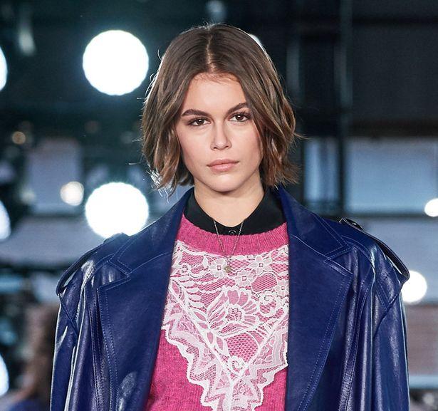パリ・ファッションウィークでランウェイを歩いたカイア・ガーバー