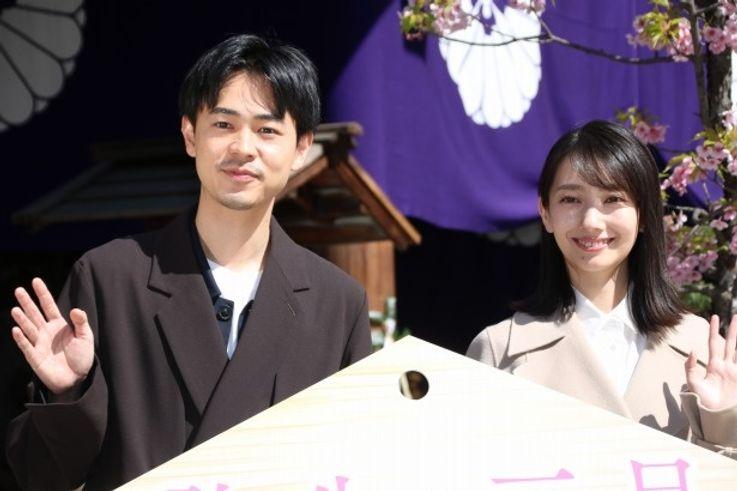 『弥生、三月 -君を愛した30年-』で共演した波瑠と成田凌