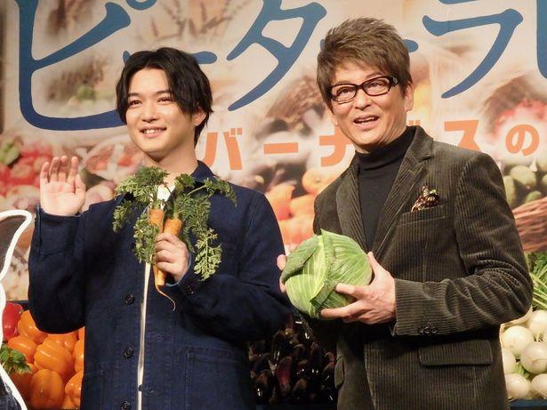 千葉はウサギにちなんでニンジン、哀川は自身がいちばん好きな野菜のキャベツを持ってポーズ
