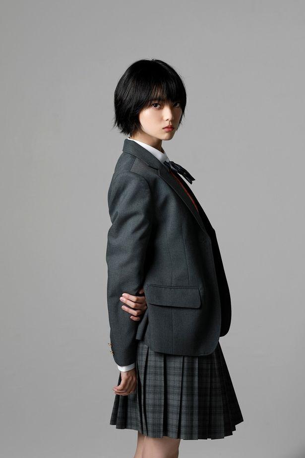 【写真を見る】脱退後初の映画出演となる平手友梨奈、シックな制服姿は必見!