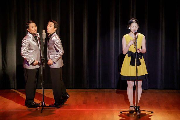 愛は舞台で、様々なステージ衣装を披露している