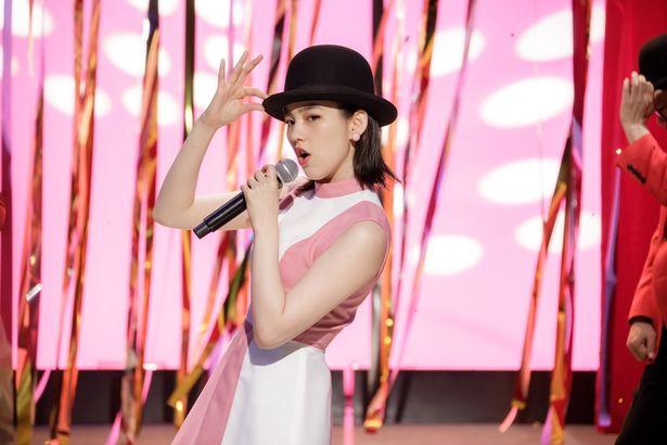 のんが歌手を夢見るヒロインに!華やかなステージ衣装を着こなし、懐かしの昭和歌謡を披露