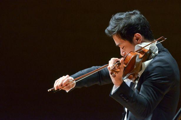 7歳でパシフィック・ミュージック・フェスティバルにて、パガニーニのヴァイオリン協奏曲第1番を演奏した五嶋龍
