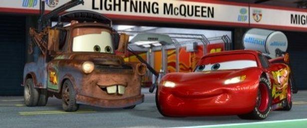 マックィーンとメーターは友情を武器に巨大な陰謀に立ち向かう