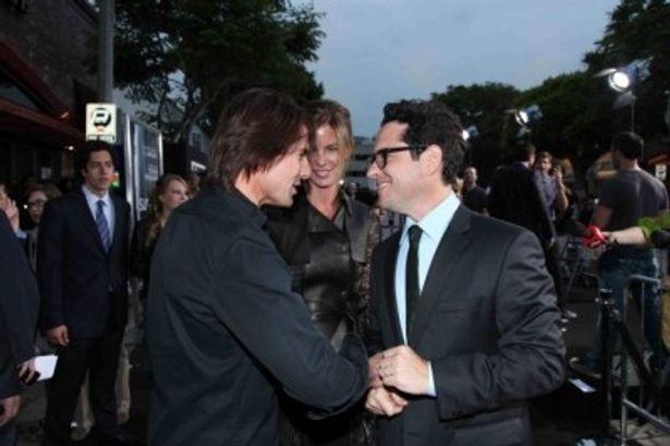 【写真】握手を交わすトム・クルーズとJ.J.エイブラム