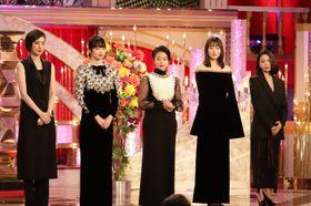 長澤まさみ、デコルテ披露で圧倒的美オーラを発揮!日本アカデミー賞ドレス姿をチェック<写真30点>