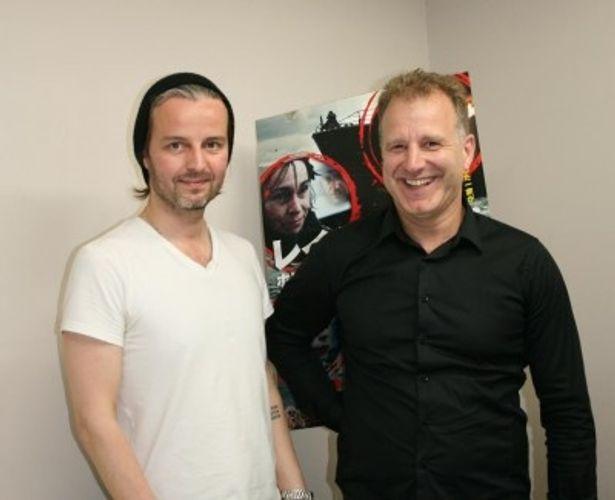 ジュリアス・ケンプ監督(左)とプロデューサーのイングヴァール・ソルダソン