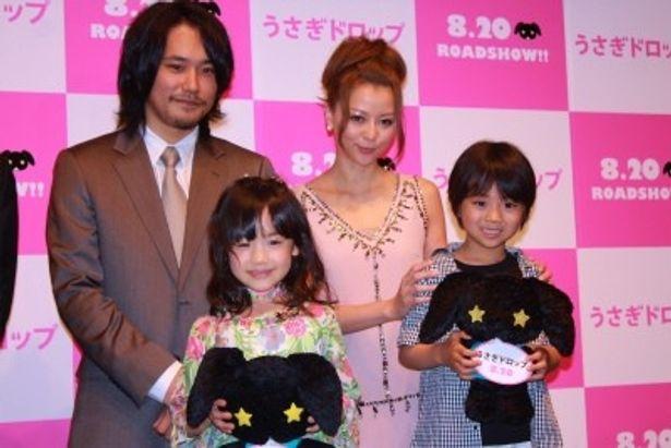 手前左から、芦田愛菜、佐藤瑠生亮 後列左から、松山ケンイチ、香里奈