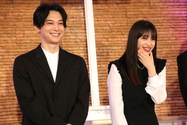 【写真を見る】広瀬すずと吉沢亮の笑顔がまぶしい!