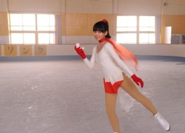 レオタード姿で軽快にスケートをしながら、山田孝之演じる主人公にアドバイスする謎の少女を演じる二階堂ふみ