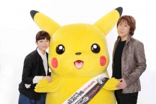 映画公開に向け、握手を交わしたELTの持田香織(左)&伊藤一朗(右)とピカチュウ