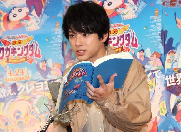【写真を見る】アニメ声優初挑戦の山田裕貴、緊張の面持ちでマイク前に立った