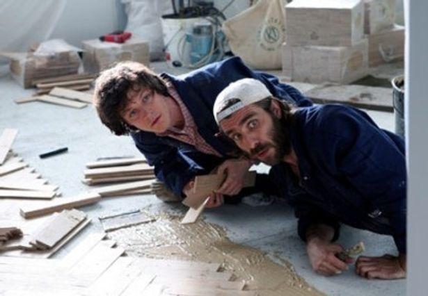 精神科病院の元患者たちが初めて手がけた床貼りの仕事が意外な評価を受ける
