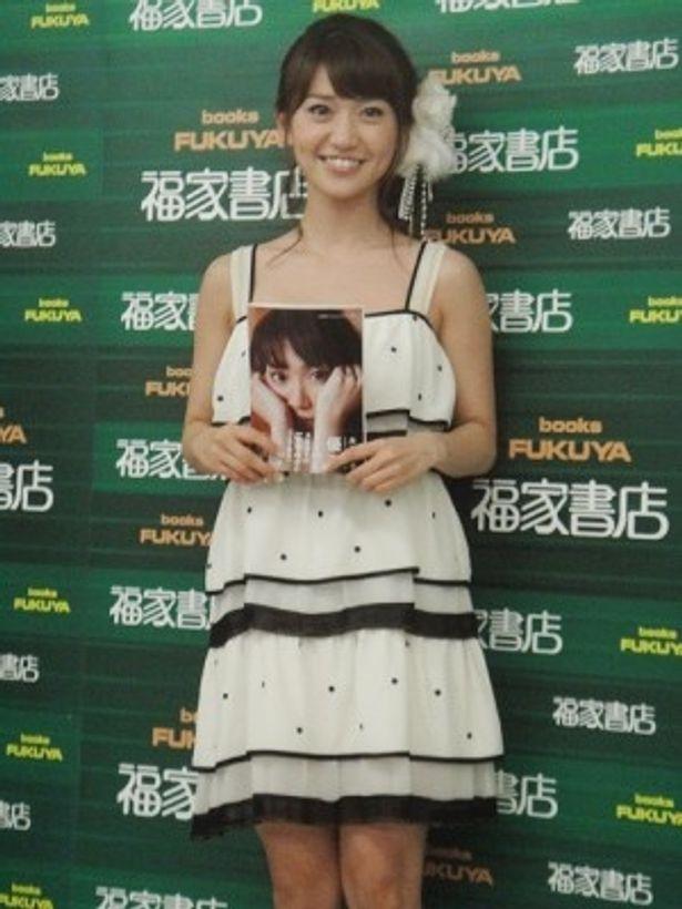 1stフォトブック「優子」の発売を記念し、握手会を開催した大島優子