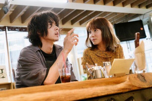 出会って意気投合する永田と沙希(松岡茉優)