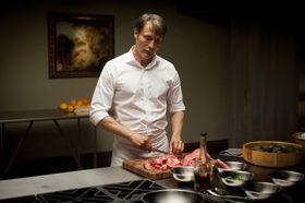 """華麗な手さばきで人肉を調理!?""""北欧の至宝""""が扮するハンニバルの色気に迫る!<写真19点>"""
