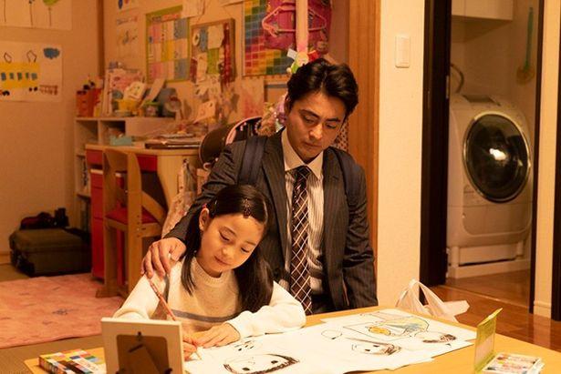 「母の似顔絵」という宿題を出され、悩む娘を見守る