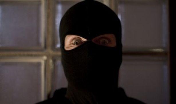 突発的に強盗になったかのような犯人たちの素人臭さもリアルだ
