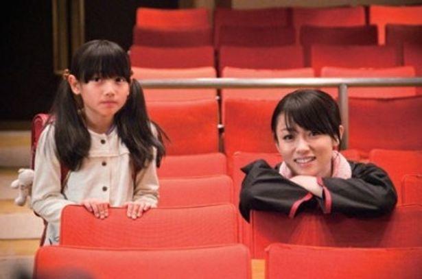 深田演じるシングルマザー桃子と娘のユイ