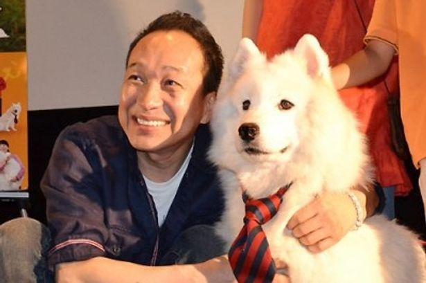 笑顔がそっくり(!?)な小日向文世とサモエド犬のサモン