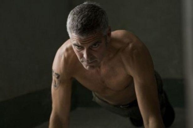 見よ、この肉体美。体力維持のための室内トレーニングは欠かせない