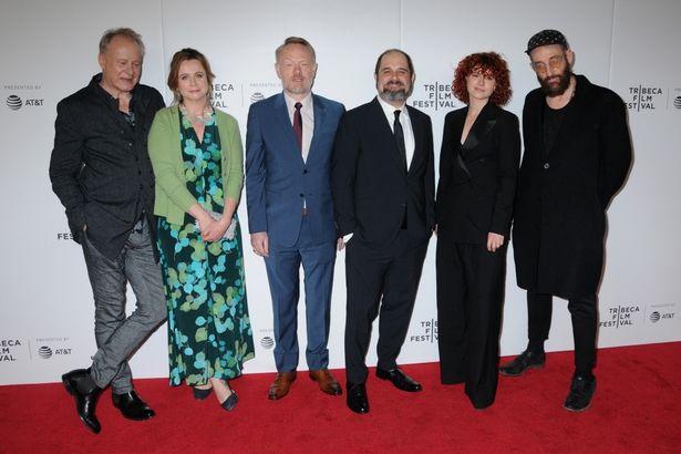 HBOドラマ「チェルノブイリ」の衣装チームが防護服とマスクを寄付