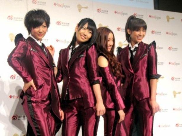 受賞式に出席したDiVAの秋元才加、増田有華、梅田彩佳、宮澤佐江(写真左から)