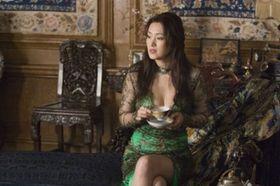 豊満ボディのコン・リーが匂い立つ熟女パワーで米・中の名優を手玉に