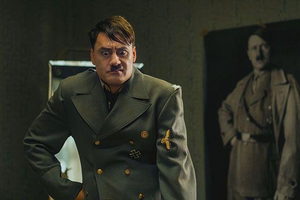 ヒトラーを演じるタイカ監督の演技にも注目!