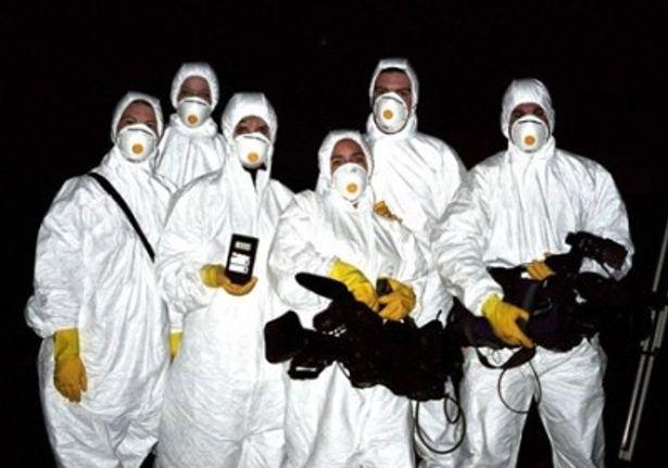 【写真】防護服を着込み事故現場の撮影に臨むクルーたち