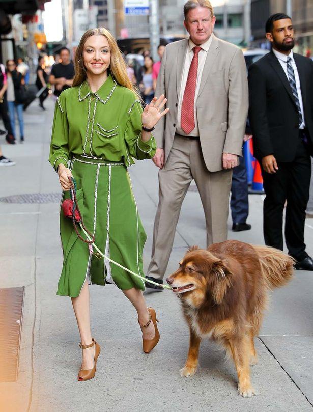 愛犬と散歩するアマンダ