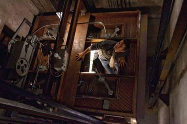 エレベーターの天井に上がったは良いが