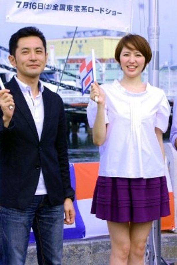 『コクリコ坂から』の完成披露会見に登場した長澤まさみと宮崎吾朗監督