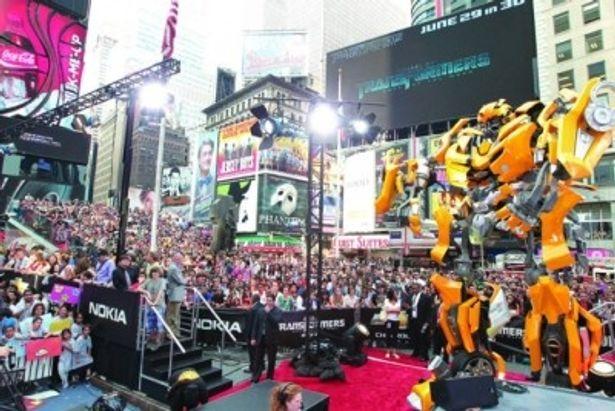 タイムズスクエアに集まった約2万人の観客は大熱狂!